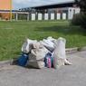 Skládka odpadu na jednom z parkovišť na sídl.Východ